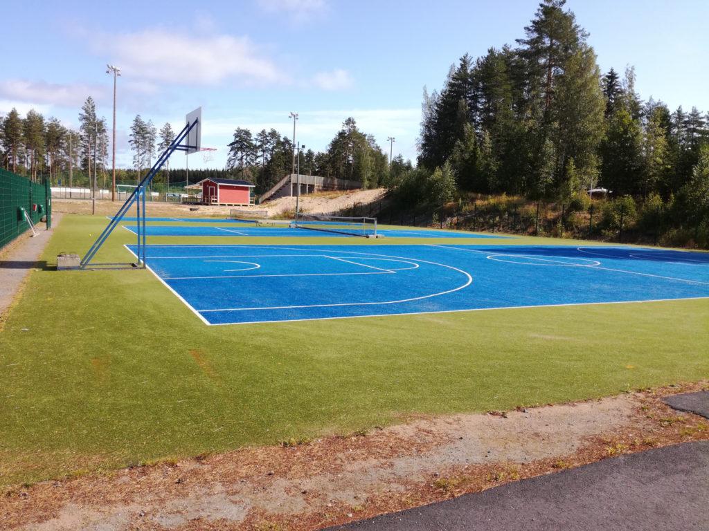 tennis- ja koripallokenttä